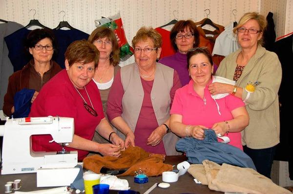 In der N�hstube der Heimatb�hne sind kreativae Schneiderinnen am Werk.
