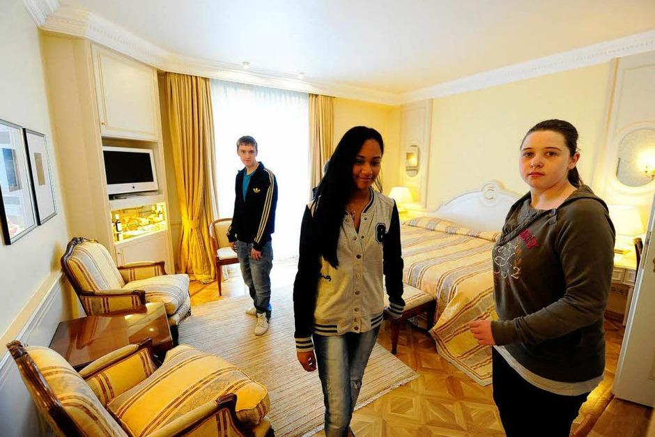 Erst ein Rundgang durchs Hotel, dann die Arbeit am Esstisch: Knigge-Kurs im Hotel Colombi. (Foto: Ingo Schneider)
