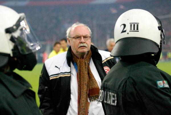 """Wolf Werner (Manager D�sseldorf): """"Der Schiedsrichter  hat das Spiel, wie er sich ge�u�ert hat, wieder angepfiffen und dann  korrekt abgepfiffen. Der Spielablauf kann nicht infrage gestellt  werden. Es ging beim  Platzsturm nicht um Gewalt, sondern um Freude. Das ist nat�rlich  keine Entschuldigung. Das Wort Gewalt will ich aber in diesem  Zusammenhang nicht angewendet haben."""""""