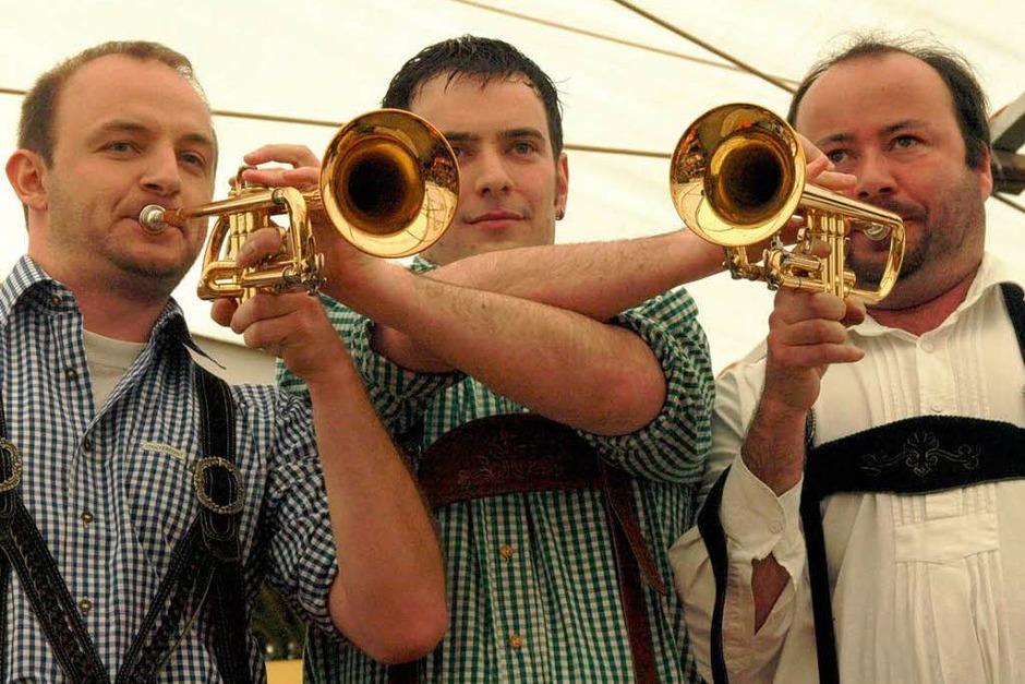 Drei Trompeter mit zwei Instrumenten - auch das bedeutet bei der Trachtenkapelle Dachsberg Virtuosität und Gaudi pur. (Foto: Karin Stöckl-Steinebrunner)