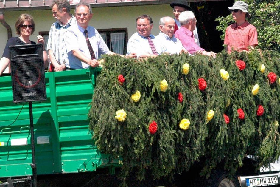 Am Dorfbrunnen war während des Umzugs ein Wagen als Ehrentribüne aufgebaut. (Foto: Karin Stöckl-Steinebrunner)