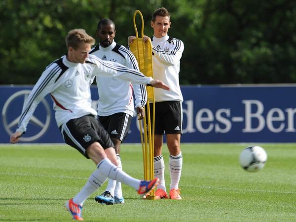 Unter den Argus-Augen von Trainer Joachim Löw wird auf Hochtouren trainiert.