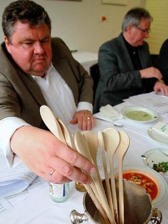 Doch am Ende m�ssen die Jurymitglieder Kochl�ffel verteilen: Die Familie mit den meisten L�ffeln gewinnt.