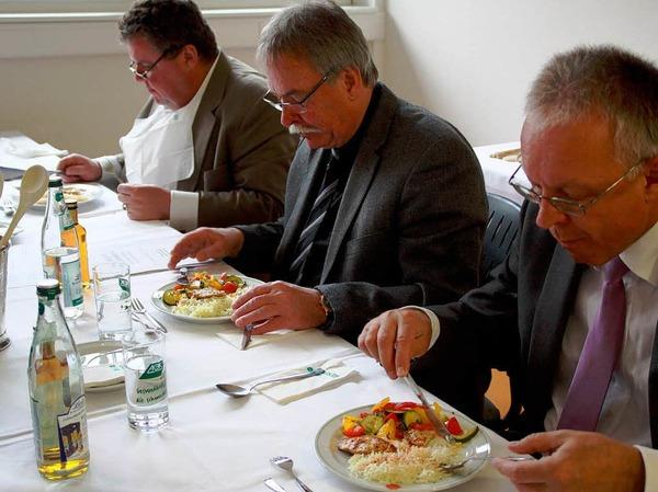 Die Jury besteht aus  dem Geschäftsführer der AOK-Hochrhein-Bodensee, Dietmar Wieland, Sepp Beha vom Restaurant Wasserschloss in Inzligen und Christian Hodeige, Herausgeber der Badischen Zeitung (von rechts) . Sie alle kosten von den Menüs.