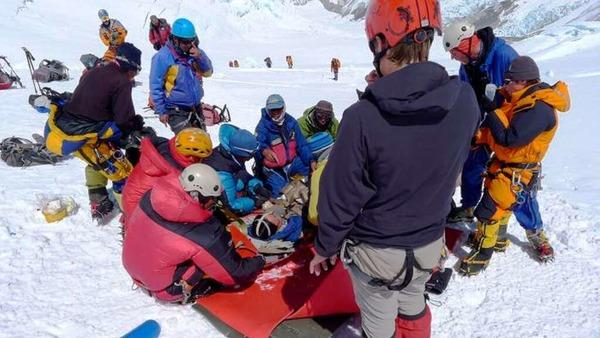 Der Aufstieg auf den Gipfel: Ein  verunglückter Sherpa  wird geborgen.