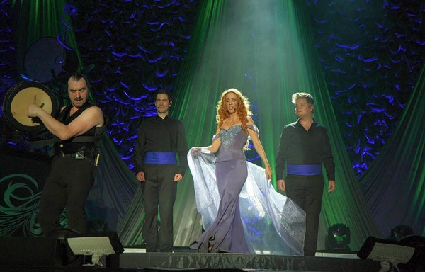 Folksongs, Popballaden und Show-Gesten: das Ensemble Celtic Woman in der Freiburger Rothaus-Arena.