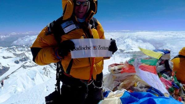Richard Stihler auf dem  Gipfel des Mount Everest  mit dem Banner der Badischen Zeitung