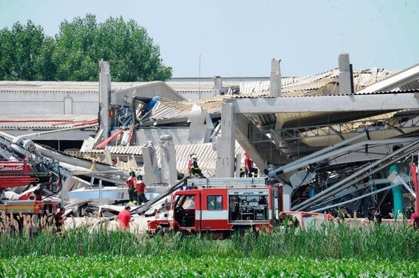In Medolla stürzte eine Fabrikhalle ein.