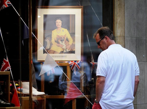 Geschäfte in London ehren die Queen mit dekorierten Fenstern.