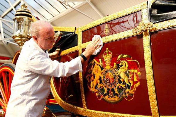 Der Restaurateur David Evens bringt die Kutsche auf Hochglanz, in der die Queen während der Jubiläumsfeierlichkeiten unterwegs sein wird.