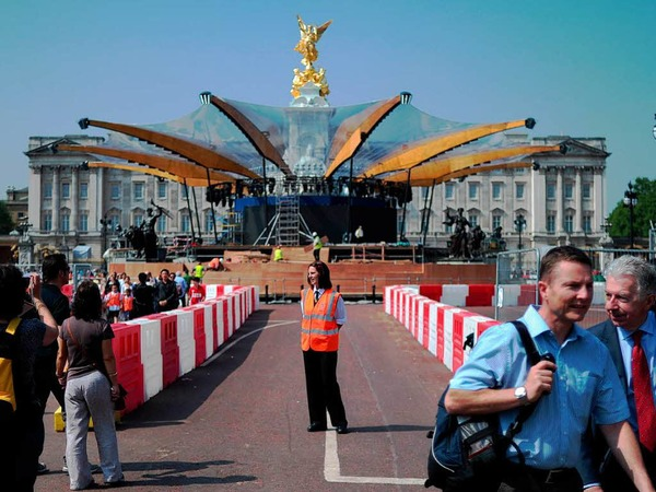 Rund um den Buckingham Palace laufen die Vorbereitungen für ein großes Konzert, das Teil der Feiern sein wird.