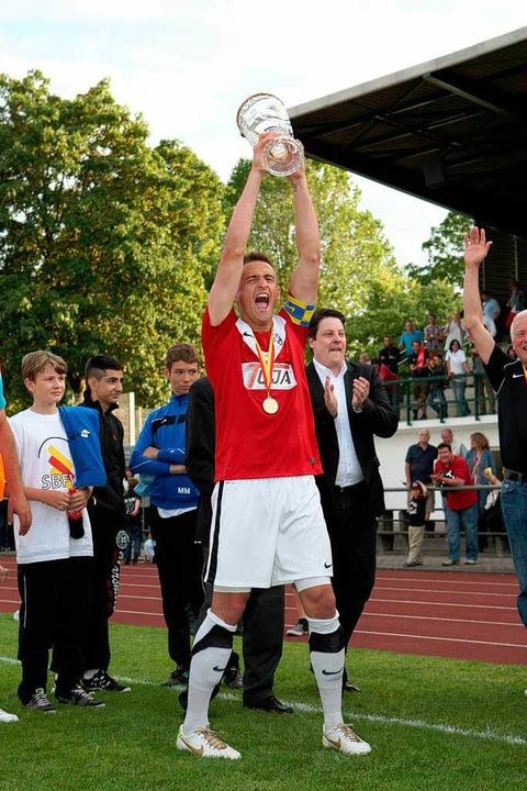 Offenburgs Kapitän Adrian Vollmer mit  der Pokal-Trophäe    | Foto: Buss