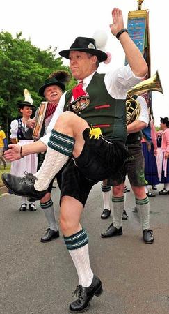 """Einen Schuhplattler tanzen die Mitglieder aus dem """"Verein der Bayern in Berlin"""""""