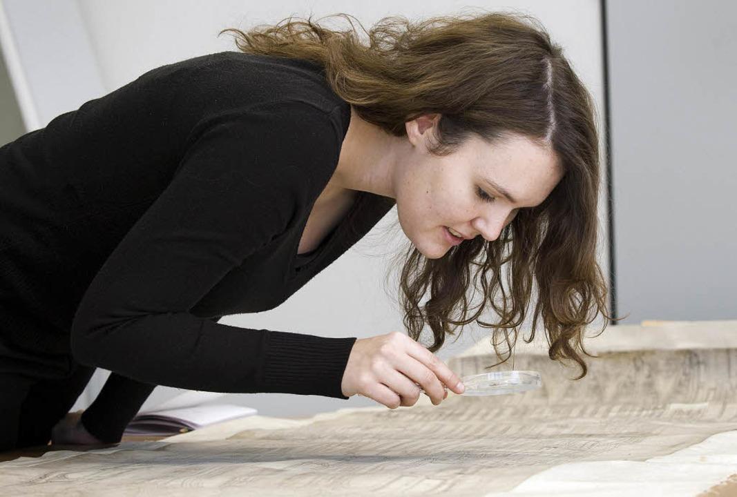 Anne-Christine Brehm forscht über die ... Bauzeichnungen oft wichtige Hinweise.  | Foto: Karlsruhe Institute of Technology / KIT