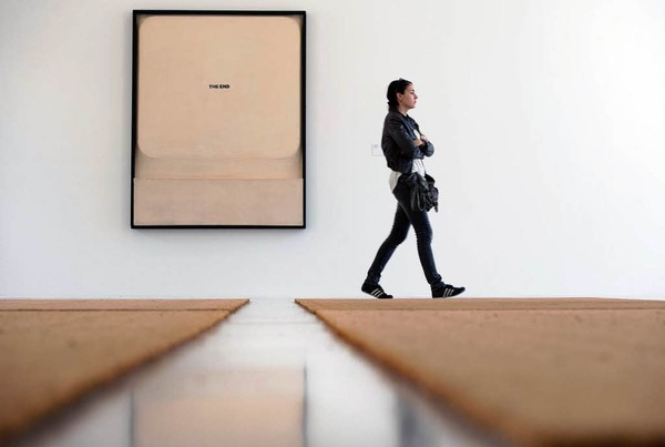 """Vom italienischen Künstler Fabio Mauri gestalteter Raum mit dem Bild """"Schermo - The End"""" (1970) und dem Objekt  """"Fußmatten-Ausschnitte"""" (2009)"""