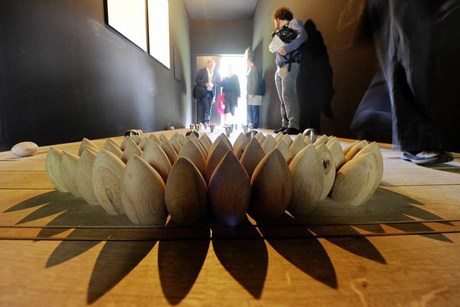 """Von der dänischen Künstlerin Lea Porsager gestaltete Holzhütte. Ihre Installation nennt sich """"Anatta Experiment"""". (Foto: dpa)"""
