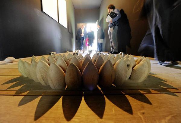 """Von der dänischen Künstlerin Lea Porsager gestaltete Holzhütte. Ihre Installation nennt sich """"Anatta Experiment""""."""
