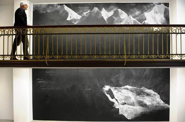 """Eine der aus sechs Tafeln bestehende Kreidezeichnungen """"Fatigues"""" (2012) der englischen Kuenstlerin Tacita Dean."""