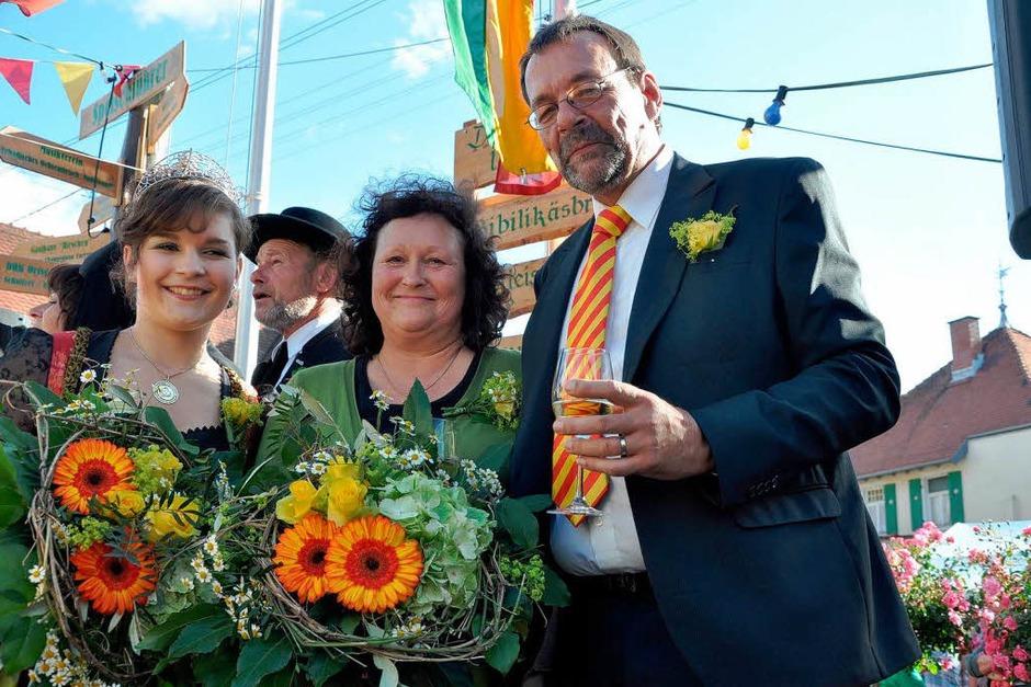 Bürgermeister Martin Obert mit Weinkönigin Natalie Henninger (links) und Organisatorin Elvira Kiss. (Foto: Kai Kricheldorff)