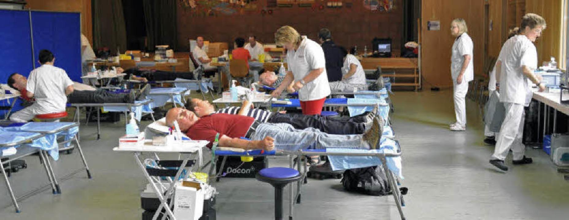 Zur Blutspendezentrale wurde die Bötzi...tspendedienst kamen über 140 Spender.   | Foto: julius steckmeister