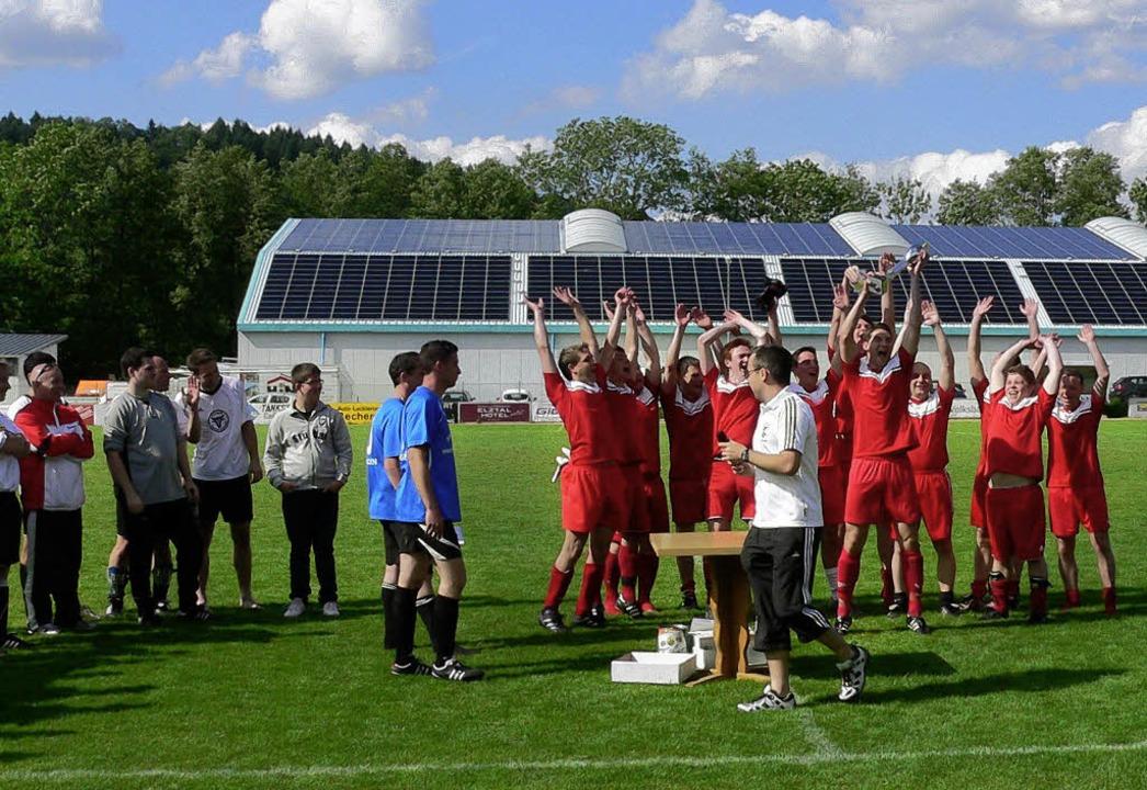 So sehen Sieger aus: Mit dem Team &#82... dürfte Coach Fritz Joos auch freuen.   | Foto: Kurt Meier