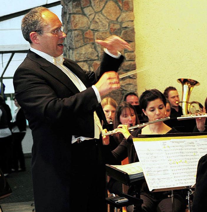Dirigent Michael Schätzle macht auch im Frack eine gute Figur.   | Foto: H. Dauenhauer