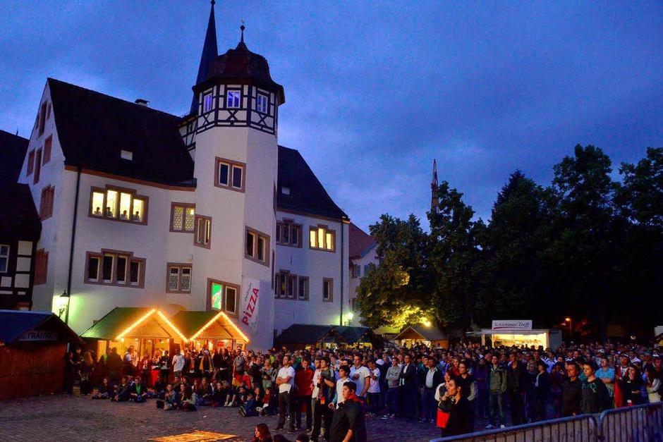 1500 Fußballfans fieberten auf dem Schlossplatz in Emmendingen beim Public.Viewing   dem Sieg gegen die Niederlande entgegen. (Foto: Dieter Erggelet)