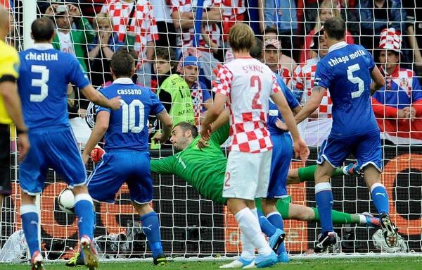 Andrea Pirlos (nicht im Bild) Freisto� geht zum 1:0 f�r Italien ins Netz.