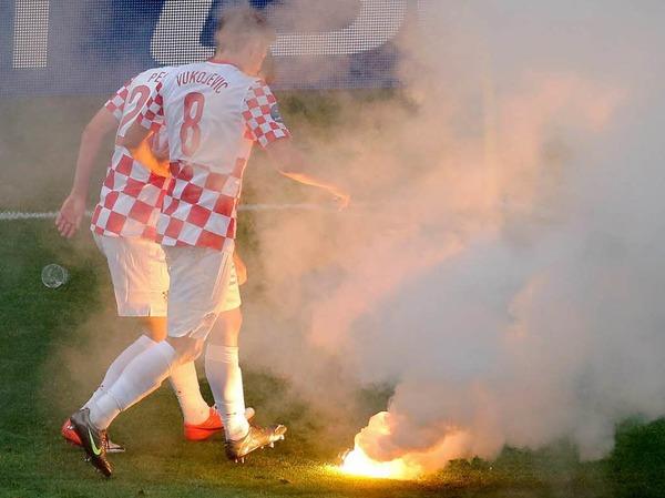 K�nnte �rger geben: Kroatische Fans warfen mit Feuerwerksk�rpern.