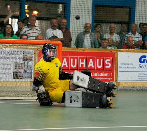 Der Friedlinger Goalie Witte konnte einen Penalty entsch�rfen.