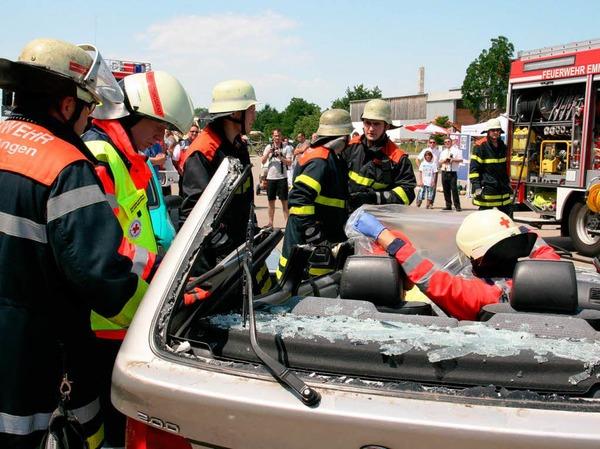 Vorführung der Rettungsaktionen von Feuerwehr und Leitstelle des DRK bei einem simulierten Verkehrsunfall.