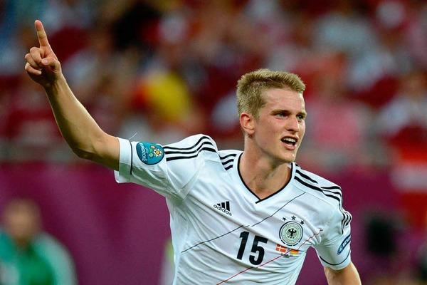 Mit seinem ersten Länderspieltor erzielte der Leverkusener am Sonntagabend in Lwiw das 2:1 gegen Dänemark und brachte die Auswahl des Deutschen Fußball-Bundes damit als Sieger der Gruppe B in die Runde der letzten Acht.