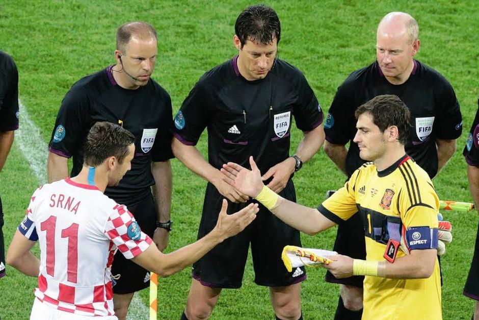 Shakehands zwischen den Kapitänen vor Spielbeginn: Srna (l.) und Casillas. (Foto: dpa)