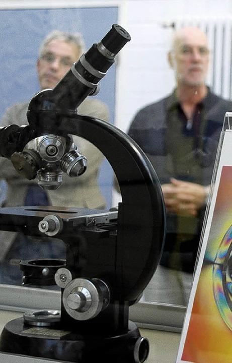 Das Mikroskop steht im Mittelpunkt der VHS-Reihe.   | Foto: D. Hirschberger