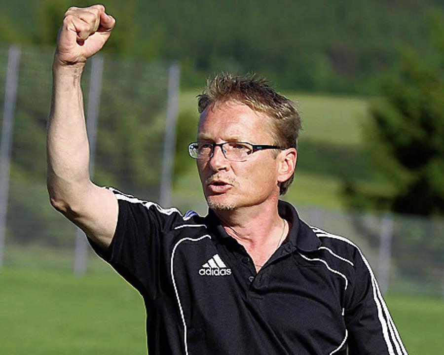 Der Öfinger Trainer Uwe Dietz gibt sic...heidenden Aufstiegsspiel kämpferisch.     Foto: ReiN