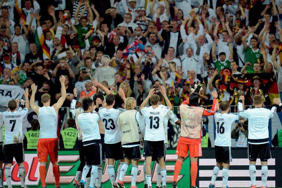 Die deutsche Elf feiert  den Einzug ins Halbfinale mit den deutschen Fans. (Foto: dapd)
