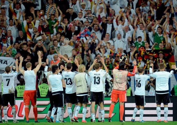 Die deutsche Elf feiert  den Einzug ins Halbfinale mit den deutschen Fans.