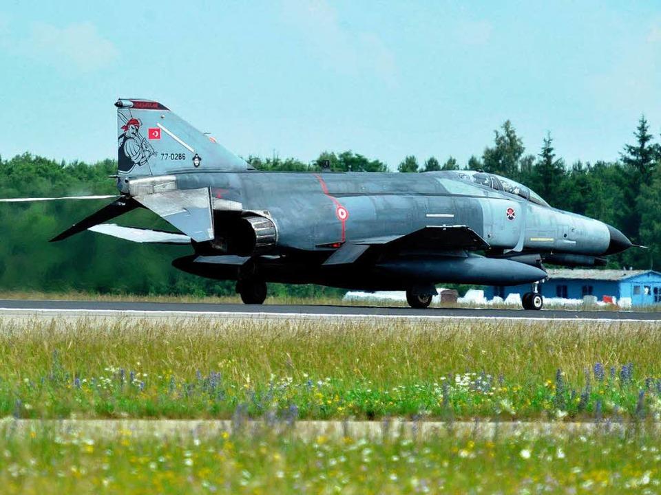 Ein Kampfflugzeug vom Typ Phantom F4 der türkischen Luftwaffe (Archivbild).  | Foto: dpa