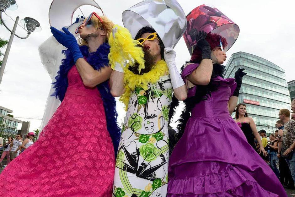 Schräge Kostüme, Konfetti und Forderungen nach Toleranz: der CSD 2012 in Berlin. (Foto: AFP)