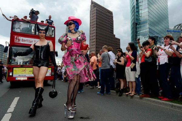 Schräge Kostüme, Konfetti und Forderungen nach Toleranz: der CSD 2012 in Berlin.