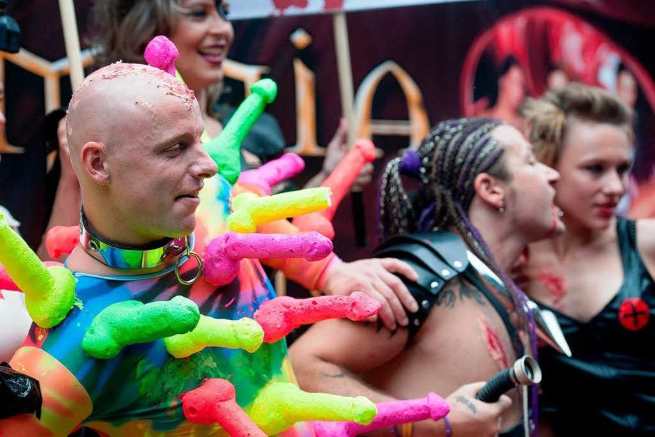 Schräge Kostüme, Konfetti und Forderungen nach Toleranz: der CSD 2012 in Berlin. (Foto: dpa)