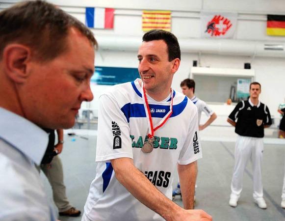 Enzo Lain, der Spielertrainer des RSV Weil, erhält nach dem Finale die Silbermedaille als Schweizer Vizemeister.