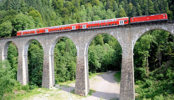 Eisenbahnidylle: Die Hllentalbahn, wie sie fast jeder Schwarzwlder kennt.