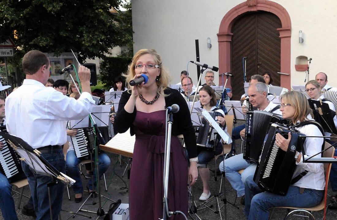 ACO und Solisten sangen für den historischen Kirchturm.   | Foto: w. künstle