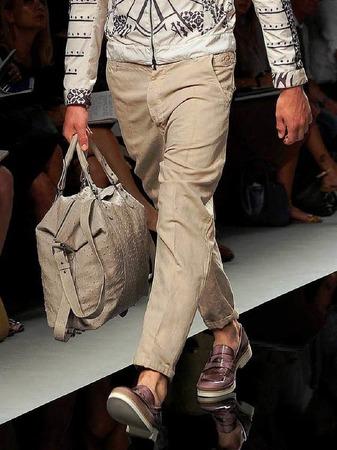 Mann trägt Handtasche: John Richmond