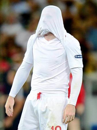 Nicht zum Ansehen: Wayne Rooney, nachdem England im Viertelfinale gegen Italien ausgeschieden ist.