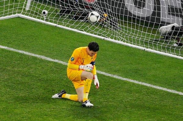 Geschlagen: Frankreichs Torwart Hugo Lloris, nachdem er das spanische 2-0 im Viertelfinale kassiert hat.