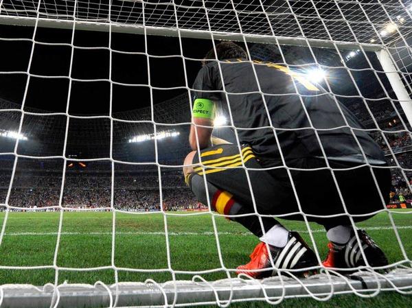 Eigentor: Wenn schon kein Ball reinwill, überquert Spaniens Torwart Iker Casillas in vollem Umfang die Linie des eigenen Tors.