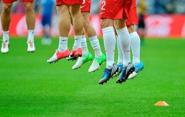 Wir wollen h�pfen: Polnische Spieler w�rmen sich auf