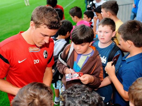 Max Kruse gibt Autogramme